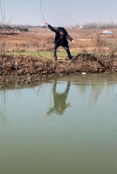这位兄弟钓鱼为何这么慌张?